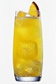 Orangenlimonade mit Eiswürfeln