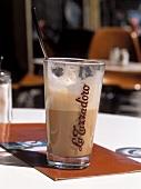 Latte Macchiato im Glas mit Aufschrift 'La Tazzadoro'