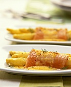 White asparagus gratin with salmon fillet