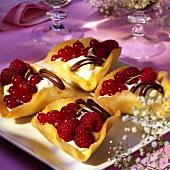 Frische Beeren mit Vanillecreme in Hippenschälchen
