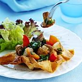 Pilze mit Gemüse im Filloteig