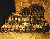 Alte Bordeaux Weinflaschen (Château Margaux) im Weinkeller