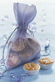 Mini-muffins with almonds, singly and in gift bags