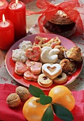 Colourful biscuit plate, décor: mandarins, walnuts, candles