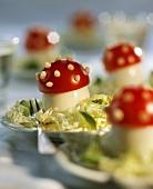 Fliegenpilz-Eier auf Salat