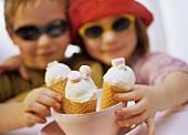 Zwei Kinder mit Eiswaffeln