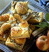 Einige Stücke Apfel-Quark-Kuchen mit Mohn