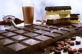 Schokoladentafel mit Kakao, Kakaopulver und Kakaobohnen