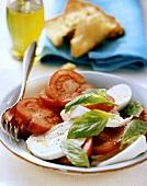 Insalata caprese (Tomaten-Mozzarella-Salat mit Basilikum)