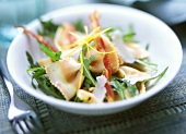 Salad with striped farfalle, rocket and bacon