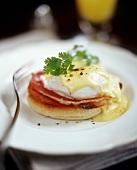 Egg Benedict (Ei pochiert, Schinken, Hollandaise auf Toastie)