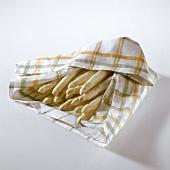 Spargel ins Küchentuch eingeschlagen (hält länger frisch)