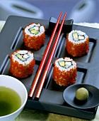 Ura-Maki mit Surimi und Avocado (California Roll)