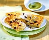 Süsse Apfelpfannkuchen mit Rosinen und Mandelblättchen