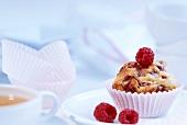Himbeer-Mandel-Muffins auf einem Teller