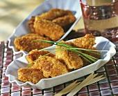 Chicken Nuggets in einem Porzellanschälchen