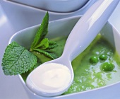 Pea soup with mint and sour cream