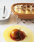 Red wine peaches with ginger and sponge rolls from Römertopf