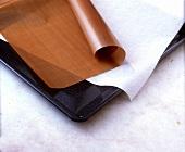 Backblech, Backpapier und wiederverwendbare Backfolie