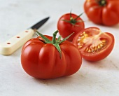 Beefsteak tomato, half a tomato and knife