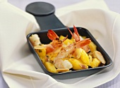 Shrimps with mango in raclette pan