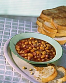Baked beans with maple syrup and toast (USA)
