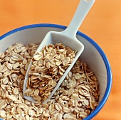 Rolled oats in bowl with scoop