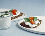 Wholemeal bread with goat's cheese spread, tomatoes & basil