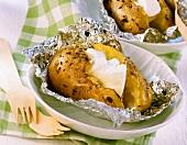 Baked Potato in der Folie mit Sauerrahm