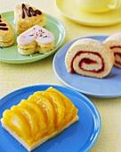 Biskuitrolle, Obstkuchen und Biskuitplätzchen