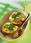 Gefüllte Pfirsiche mit Vanillesauce aus dem Römertopf