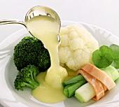 Gedünstetes Gemüse mit Sauce Bernaise anrichten