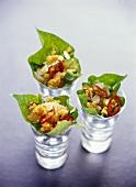 Frittierte Fischfilets im Salatblatt, in Gläsern angerichtet