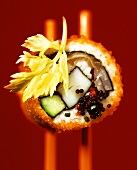 California Maki mit Surimi, Lachs und Seehasenkaviar
