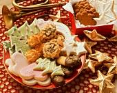 Bunter Plätzchenteller und Schachtel mit Keksen