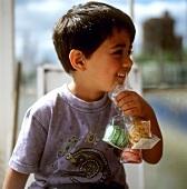Junge mit französischen Macarons (Makronengebäck)