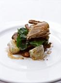Wachteln mit Spinat, Kipfler-Kartoffeln und Senfdressing