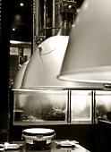 Gedeckter Tisch im Asia-Restaurant mit Tischgrill
