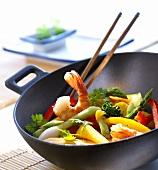 Wok mit Gemüse und Garnelen, Stäbchen