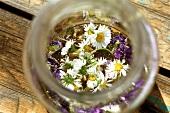 Frische, essbare Blüten in Akazienhonig