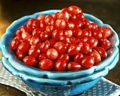 Frische Cranberries in türkisem Keramikschälchen