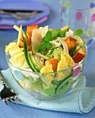 Blattsalat mit zweierlei Käse, Avocado und Croûtons