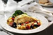 Kabeljau in mediterranem Gemüsesud, dazu Brokkoli