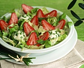 Salad leaves with fresh strawberries & goat cheese balls