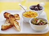 Tapas: Kürbisdip mit Chilis und Oliven, geröstetes Brot