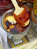 Crema catalana mit Pflaumenkompott (Süssspeise, Spanien)