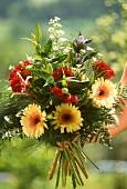 Bunter Blumenstrauss mit Gerbera, Lilien, Celosien, Farn etc.