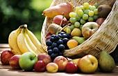 Verschiedene Früchte im Korb und davor