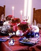Festlich gedeckter Tisch für den Advent