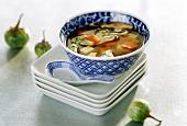 Asiatische Bouillon mit Gemüse, asiatisches Gedeck